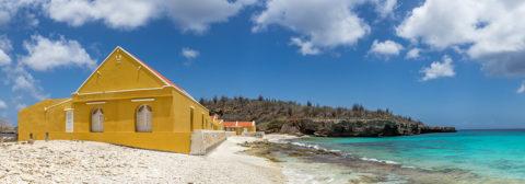 Geel huisje op wit strand bonaire