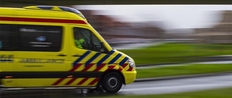 Rijdende ambulance op weg