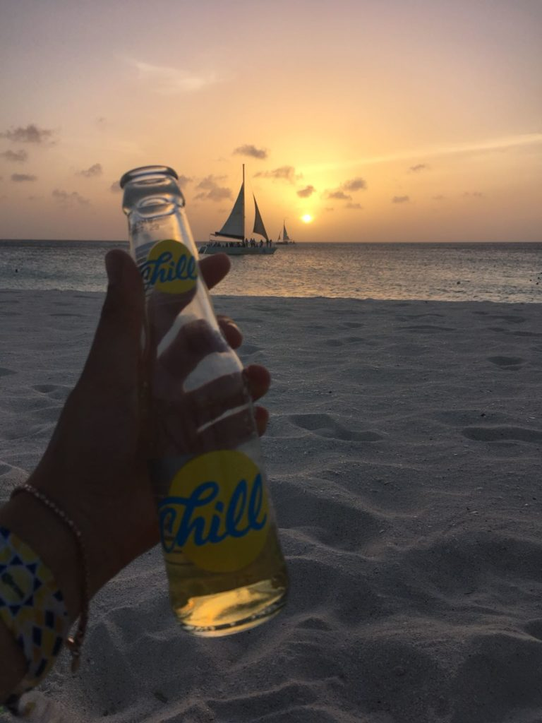 Biertje op het strand van Aruba