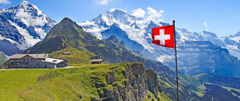 vlag zwitserland wapperend in bergen