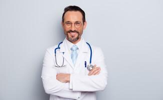 man bril stethoscoop doktersjas