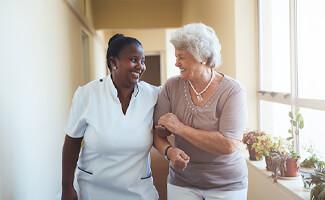 verpleegster oude vrouw