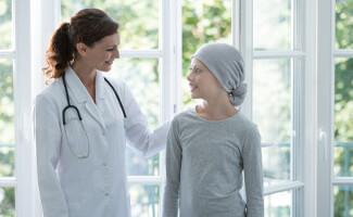 vrouw doktersjas meisje