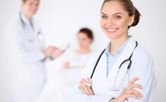 vrouw doktersjas stethoscoop lach