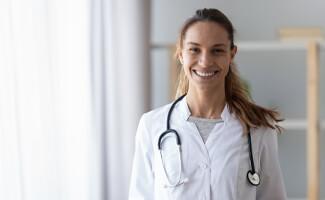 vrouw lach doktersjas stethoscoop
