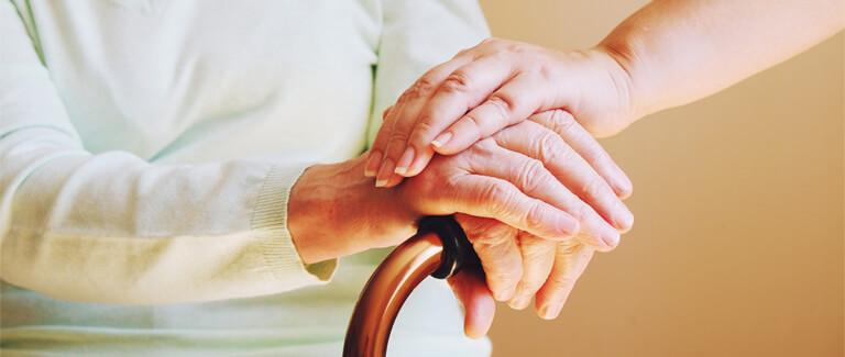 Handen zorgverlener en patiënt